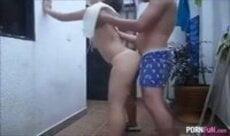 Novinha caseira trepando no corredor