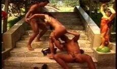 Morena brasileira fudendo com dois ao ar livre