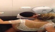 Loira flagrada dando no banheiro