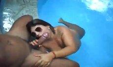 Morena chupando rola dentro da piscina