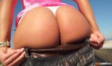 Bunduda de calcinha rosa traindo o namorado otário