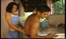 Latina gostosa aprontando uma sacanagem