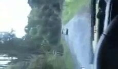 Safada caiu na net fazendo um pornô amador dentro do carro