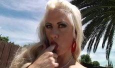 Travesti loira bem gostosa fudendo o cu do cliente