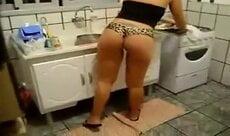 Mulher do lar arrumando a cozinho de calcinha socada no rabo