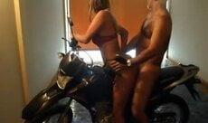 Paizão come galega em cima da moto na garagem da suite