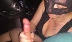 Namoradinha gulosa mascara fazendo boquete no carro