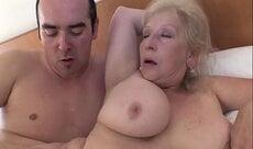 Sexo de ladinho com a tia gostosa