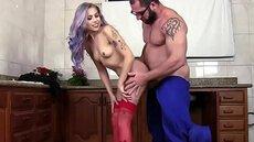 Gostosa de cabelo colorido seduzindo encanador