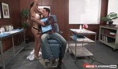 Dentista safada sendo chupada